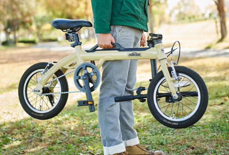 アウトドアを楽しむための自転車「LOG」の、持ち手が着いて気軽に運べる折りたたみ自転車